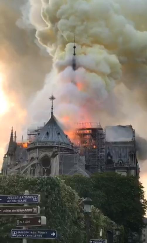 catedral - Catedral de Notre-Dame é consumida por incêndio