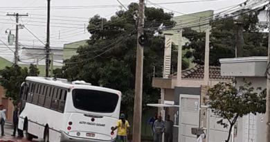 IMG 20190706 WA0003 390x205 - Ônibus com passageiros fica preso em valetão aberto pela Prefeitura