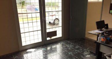 cropped vandalo2 390x205 - Secretaria de Turismo tem prédio depredado em Birigui