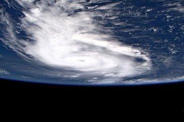 EDZVTOmW4AAOtjj - Astronauta captura imagens do Furacão Dorian do espaço