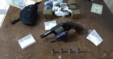 FB IMG 1570127952206 1 390x205 - Comerciante é preso com arma e entorpecentes no São Brás