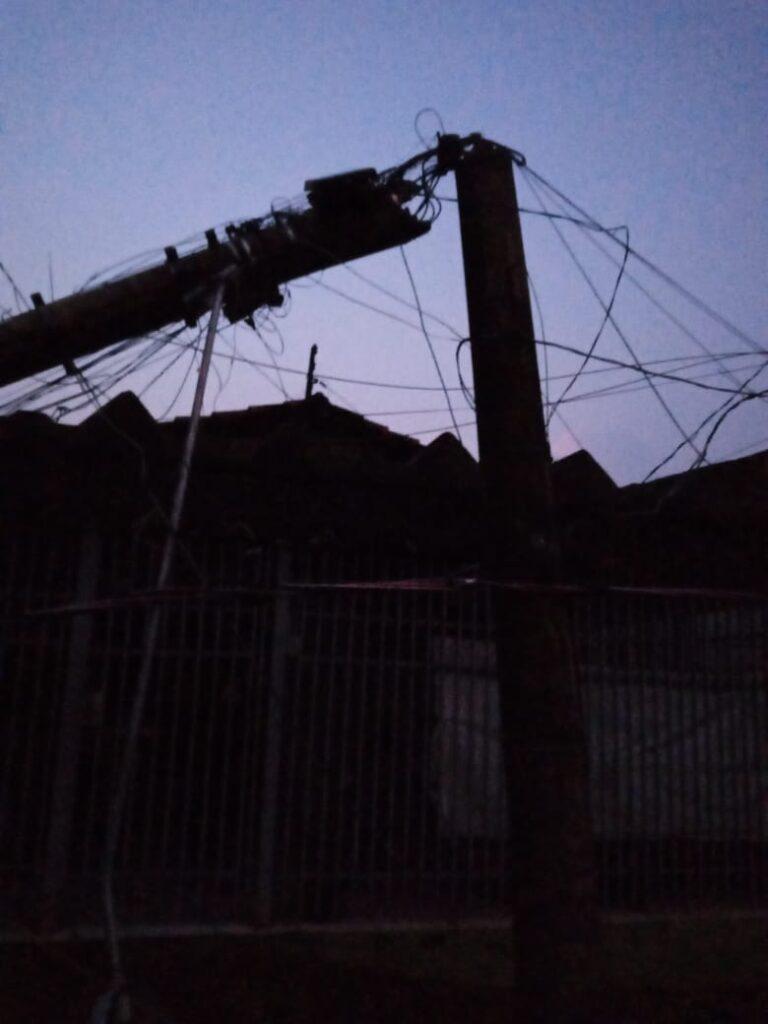 IMG 20201010 WA0005 768x1024 - Temporal derruba árvores e deixa bairros de Birigui no escuro