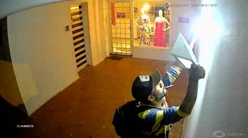 IMG 20210120 WA0003 800x445 - Homem furta refletor no centro de Birigui