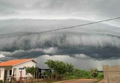 Formação de nuvem gigante assusta moradores no Brejo Alegre