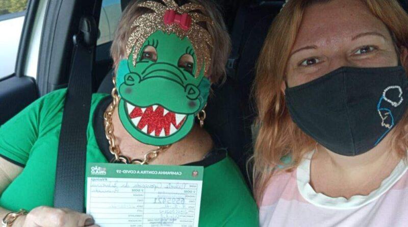 nilvete 800x445 - Professora de Birigui vira sensação ao ir se vacinar com máscara de jacaré