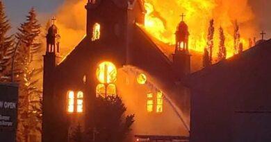 Igrejas são queimadas no Canadá após descoberta de mais 182 túmulos indígenas